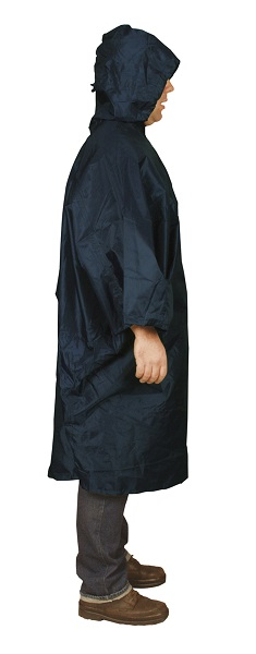 Blauwe Travelsafe Regenponcho Basic Medium op model
